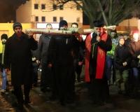 droga krzyzowa ulicami parafii 2016 (14)